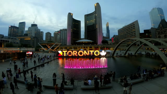 stockvideo's en b-roll-footage met time-lapse: nathan phillips square en stadhuis op toronto - toronto