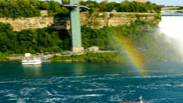 vídeos de stock e filmes b-roll de time-lapse :niagara falls in canada - barco de passeio maid of the mist