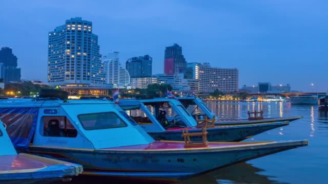 vídeos y material grabado en eventos de stock de lapso de tiempo 4k: bote de cola larga de noche en el río chaophraya en bangkok. - capitel