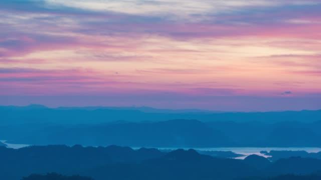 vídeos de stock, filmes e b-roll de 4 k timelapse noite para o dia: montanha e nascer do sol na manhã. - time lapse da noite para o dia