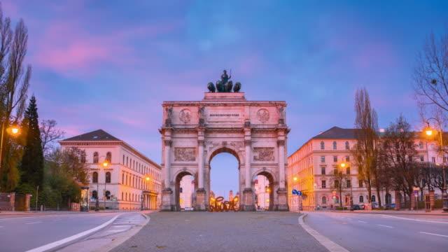siegestor、勝利のゲート、ミュンヘン、ドイツの日にコマ撮りの夜 - ミュンヘン点の映像素材/bロール