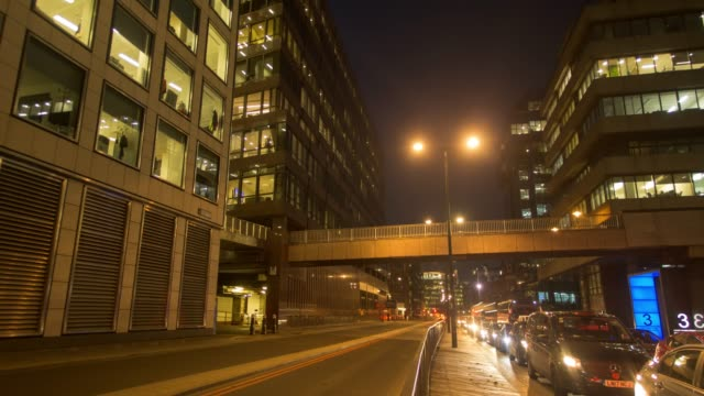 vídeos de stock, filmes e b-roll de timelapse: night-time long exposure time-lapse of busy traffic filled road in london, england,  uk - long exposure
