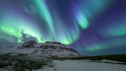 "vídeos de stock e filmes b-roll de 4 k ""time-lapse"": norte de luz aurora boreal na kirkjufell islândia - islândia"