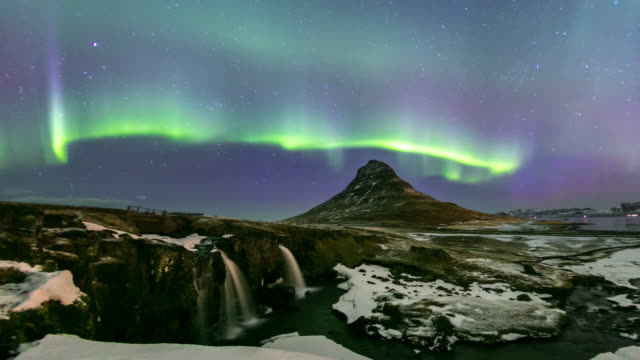 4 k zeitraffer: norden licht aurora borealis im kirkjufell island - snäfellsnes stock-videos und b-roll-filmmaterial