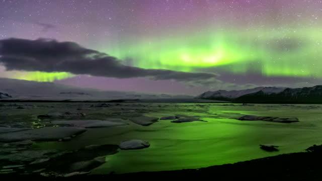 vídeos de stock e filmes b-roll de time-lapse: luz do norte (aurora boreal vatnajokull lagoa glaciar de jokulsarlon, islândia - incandescência