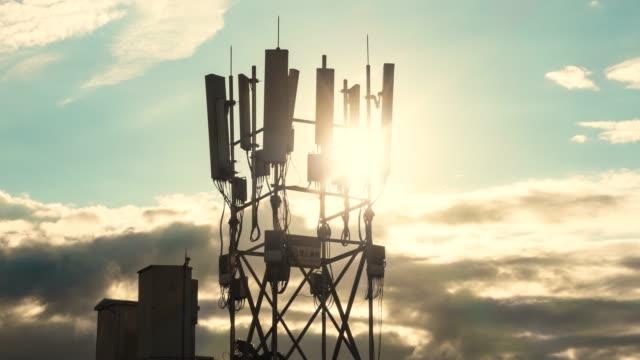 vidéos et rushes de time-lapse des tours de station de base de téléphone mobile 5g - équipement de télécommunication