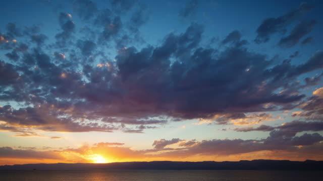 vídeos de stock, filmes e b-roll de intervalo de tempo de um belo pôr-do-sol - céu dramático