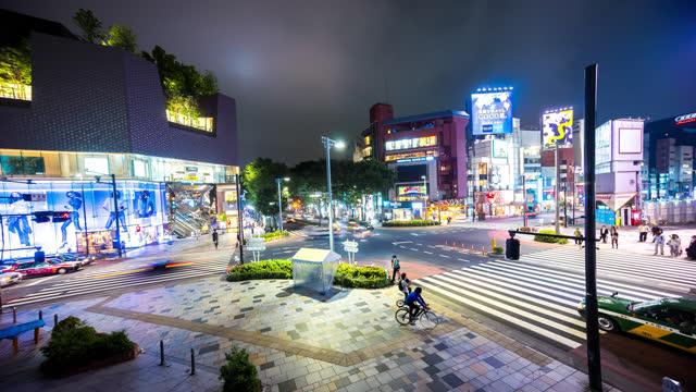 東京の歩行者や交通を示す原宿の交通量の多い交差点のタイムラプス - 十字路点の映像素材/bロール