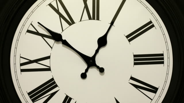 vidéos et rushes de timelapse of a clock accelerating forwards and then going backwards. going back in time. - horloge