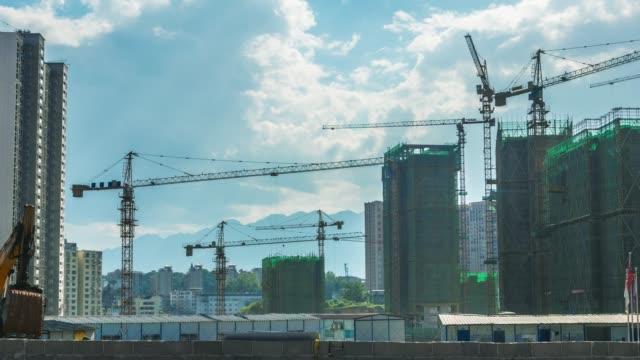 vidéos et rushes de time-lapse d'un chantier de construction avec des grues - aboutissement