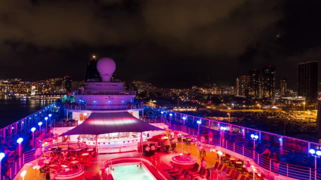 vídeos de stock e filmes b-roll de honolulu - timelapse of a cruise leaving the port of honolulu - convés