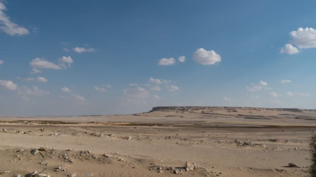 vídeos de stock e filmes b-roll de timelapse of a desert vista on a sunny day with clouds near cairo - linha do horizonte sobre terra