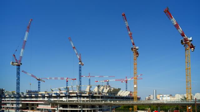 vidéos et rushes de time-lapse of a large construction site - grue engin de chantier