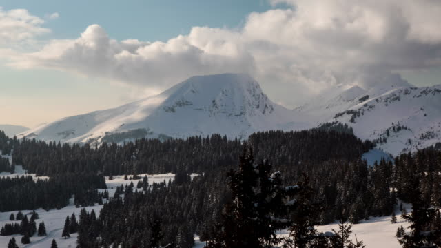 vídeos de stock e filmes b-roll de timelapse of a mountaintop in avoriaz, portes du soleil - frança