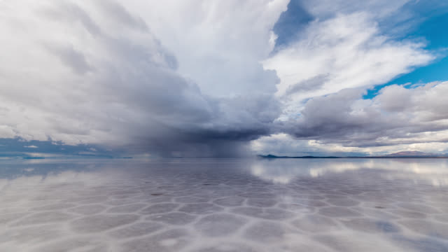 timelapse of a storm at uyuni salt flat, bolivia - specchio video stock e b–roll