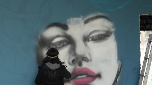 vídeos de stock e filmes b-roll de timelapse of a street artist painting graffiti of a young woman in milan - grafite produto artístico