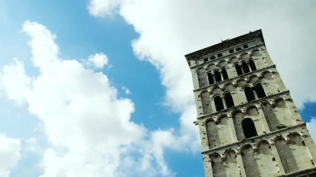 time-lapse av ett torn i lucca - valv arkitektoniskt drag bildbanksvideor och videomaterial från bakom kulisserna