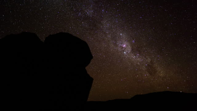 timelapse of a typical karoo landscape framed by a boulder while moving from day to night - 巨礫点の映像素材/bロール