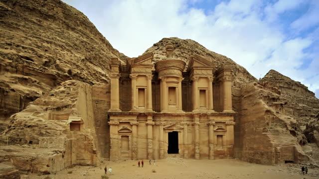vídeos de stock e filmes b-roll de timelapse de anúncio deir-o mosteiro/jordan - petra