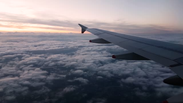 vidéos et rushes de 4k timelapse of aeroplane wing view window late evening at 40000ft cruising 3840x2160 - aile d'avion