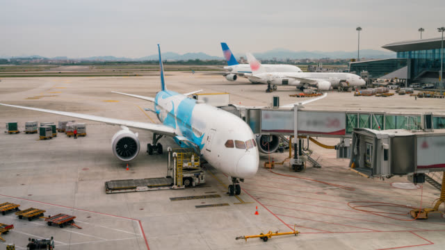 vídeos de stock e filmes b-roll de timelapse of airplane depart at gate - alfalto