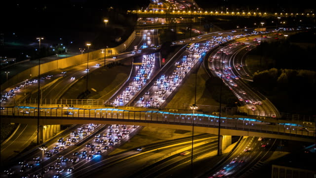 time-lapse of atlanta traffic at night - autostrada interstatale americana video stock e b–roll