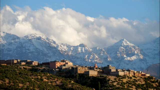vídeos de stock e filmes b-roll de time-lapse of atlas mountains with clouds rolling over/  morocco - marrocos