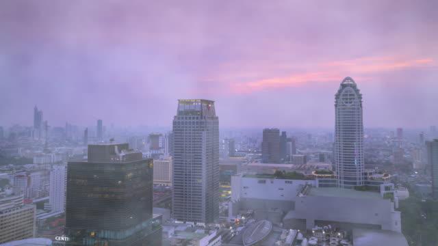 zeitraffer der bangkok hauptstadt hochwinkel-topview mit hoher konzentration von giftigem smog die industriestruktur, energieverbrauch und verkehrsarten verursachen die schwere luftverschmutzung - bangkok stock-videos und b-roll-filmmaterial