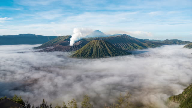 vídeos de stock e filmes b-roll de timelapse of bromo volcano on sunrise background semeru national park - indonesia