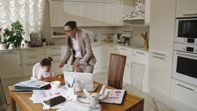 vídeos de stock e filmes b-roll de time-lapse of business mom working from home - multitarefas