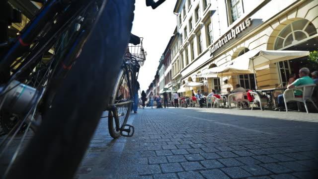 time-lapse of busy european street, glide steadicam - ハイデルベルク点の映像素材/bロール