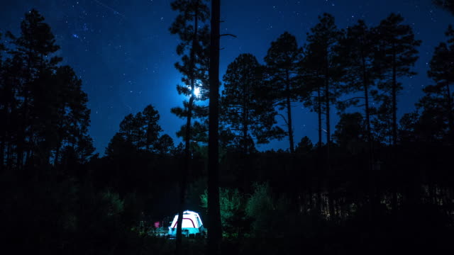 stockvideo's en b-roll-footage met timelapse of campsite under full moon. - camping