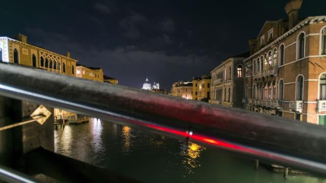 stockvideo's en b-roll-footage met timelapse van kanaal in venetië, italië - houten paal
