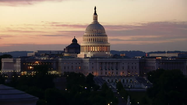 vídeos de stock e filmes b-roll de timelapse of capitol hill building going from night to day and back to night washington dc - capitol hill