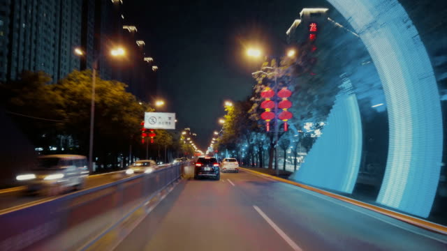stockvideo's en b-roll-footage met timelapse of car moving forward of road in city with bridge at night - stadsweg