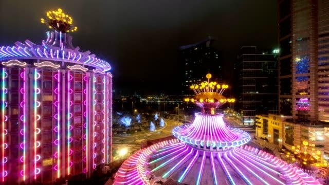 vídeos de stock e filmes b-roll de timelapse of casino building illuminated with traffic at night - casino