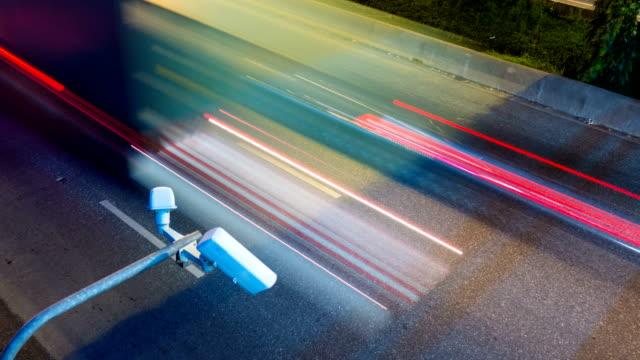 vídeos de stock, filmes e b-roll de timelapse de cctv, olhando por cima de noite de tráfego - prontidão