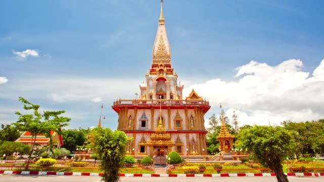 vídeos de stock e filmes b-roll de timelapse de chalong pagode templo contra cluod de phuket tailândia - santuário