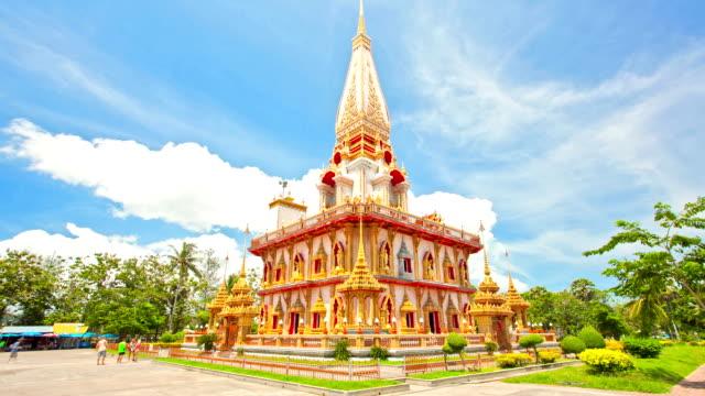 vídeos de stock, filmes e b-roll de intervalo de tempo de chalong templo pagode contra cluod phuket, tailândia - santuário