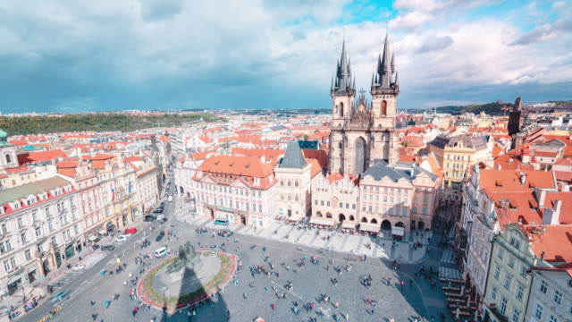 vídeos de stock e filmes b-roll de timelapse of church of our lady before týn in old town hall tower in prague - cultura checa
