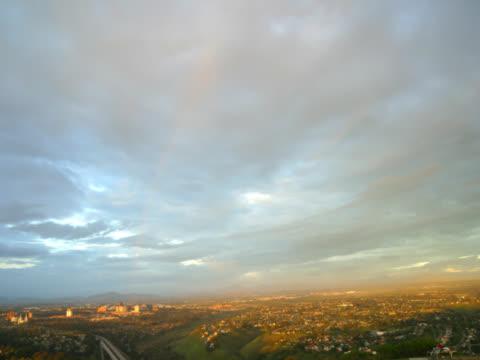 vídeos de stock, filmes e b-roll de time-lapse of city from mountain toptime-lapse of city from mountain top as sky moves it shadow over land - menos de 10 segundos