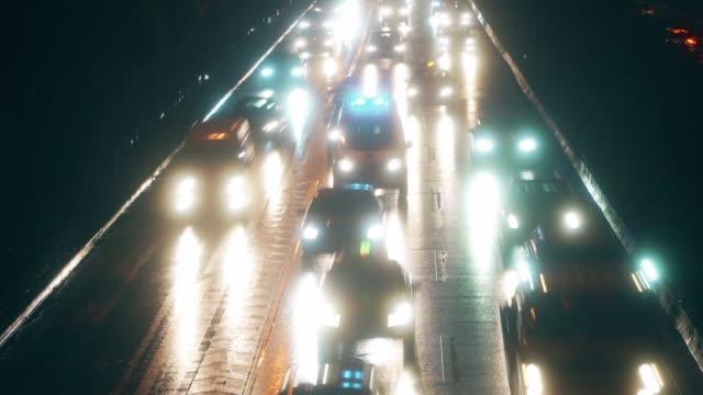 夜間の都市交通のタイムラプス - 方向標識点の映像素材/bロール