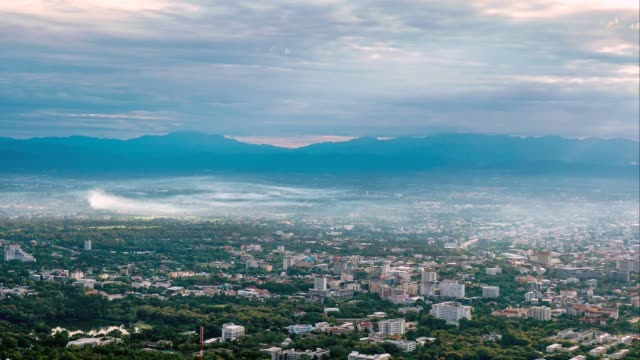 vídeos de stock, filmes e b-roll de 4k time-lapse da tampa da vista da cidade com smog e nebuloso em chiang mai do viewpoint de doi suthep, tailândia - província de chiang mai