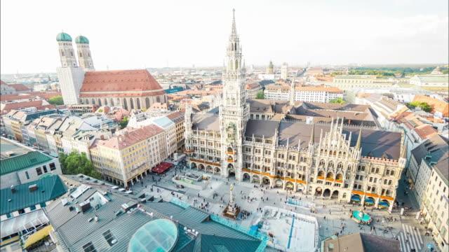 vídeos de stock, filmes e b-roll de timelapse da paisagem urbana da praça marienplatz em munique - rathaus