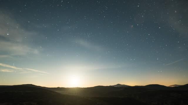 stockvideo's en b-roll-footage met time-lapse van cloud watervallen tijdens zonsondergang van mt laguna, geschoten op sony a7s, camera pannen rechts. - pacific crest trail