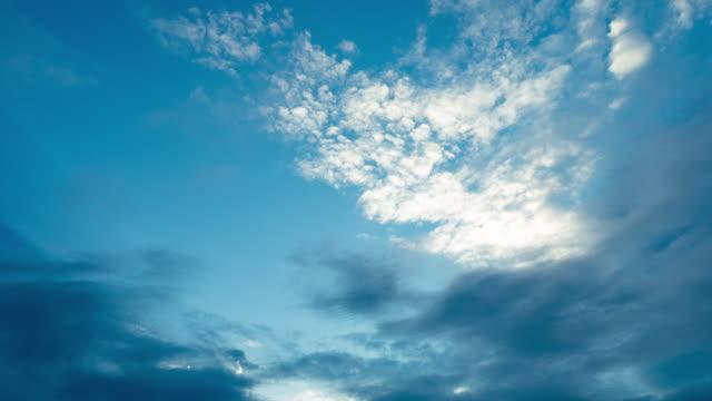 vídeos y material grabado en eventos de stock de timelapse de nubes y cielo azul - cirro