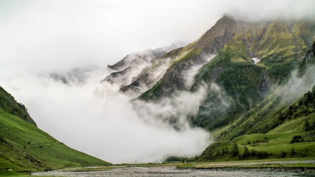 Timelapse av moln fylla schweiziska berget dalen