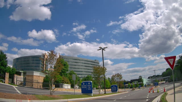 time-lapse of clouds moving and cdc building in atlanta, georgia, usa. - 道を譲る点の映像素材/bロール