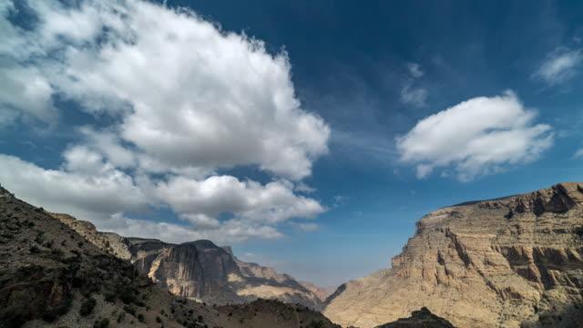 zeitraffer der wolken über canyon - oman stock-videos und b-roll-filmmaterial