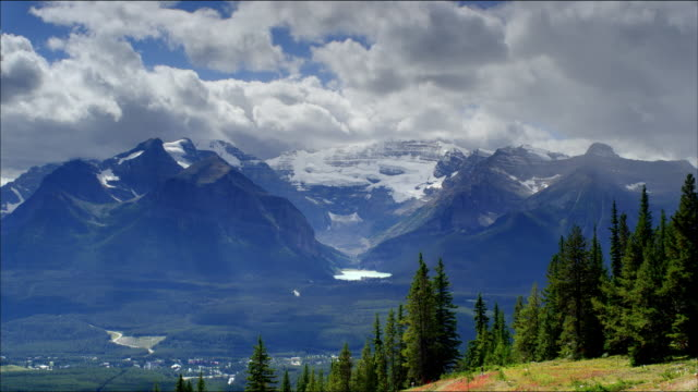 vídeos de stock, filmes e b-roll de timelapse of clouds over lake louise and mount victoria, canadian rockies - alberta